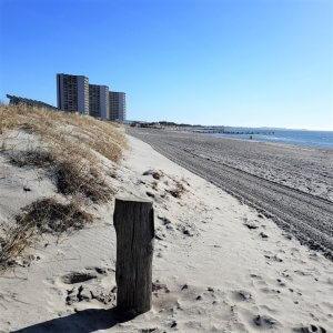 Südstrandklinik Burg auf Fehmarn vom Strand aus gesehen
