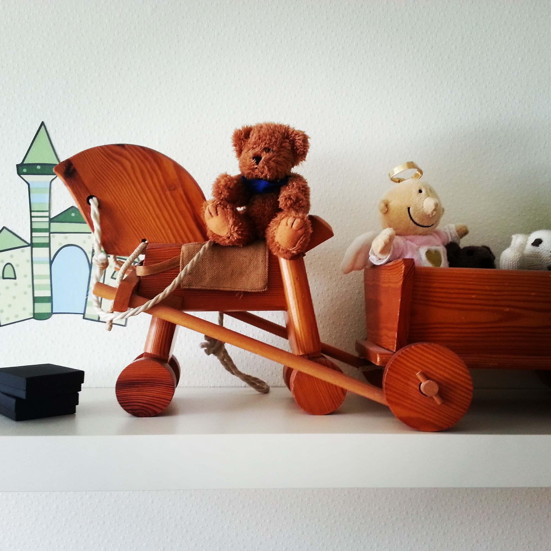 Ein altes Holzpferd aus der ehemaligen DDR steht bei den ZWILLINGEN im Kinderzimmer auf dem Regal.