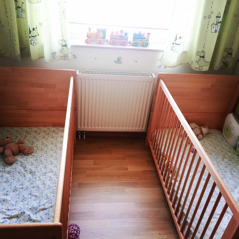 zwei Gitterbetten im sehr kleinen Kinderzimmer der ZWILLINGE