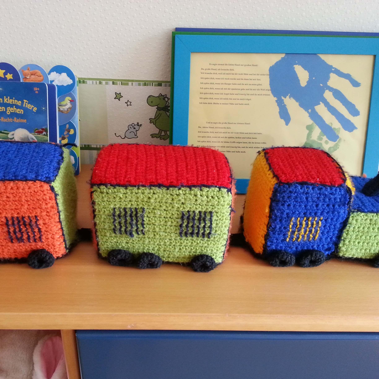 ein selbst gehäkelter Zug für das Babyzimmer der Zwillinge als Dekoration