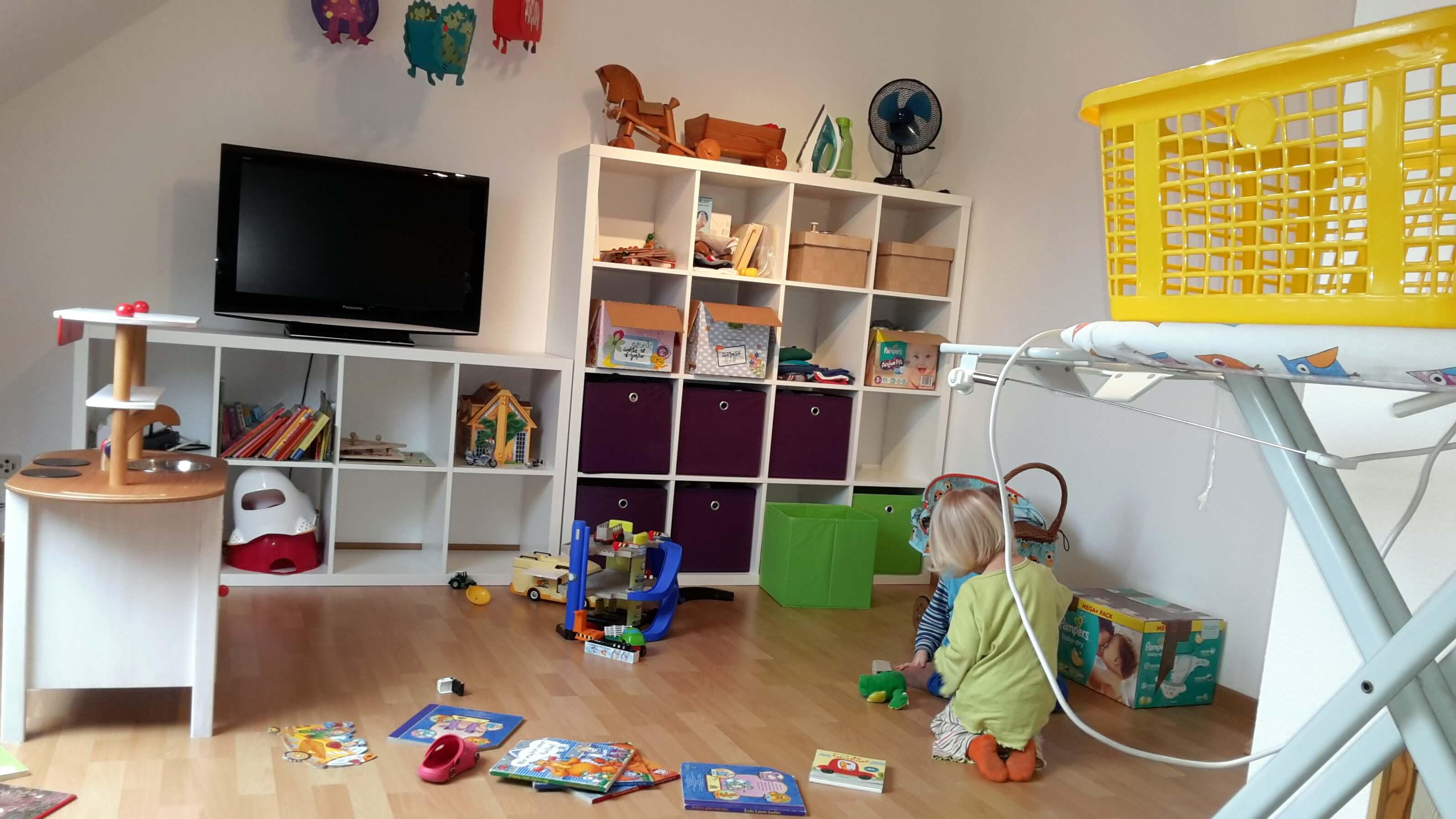 IKEA Kallax auf dem chaotischen Dachboden