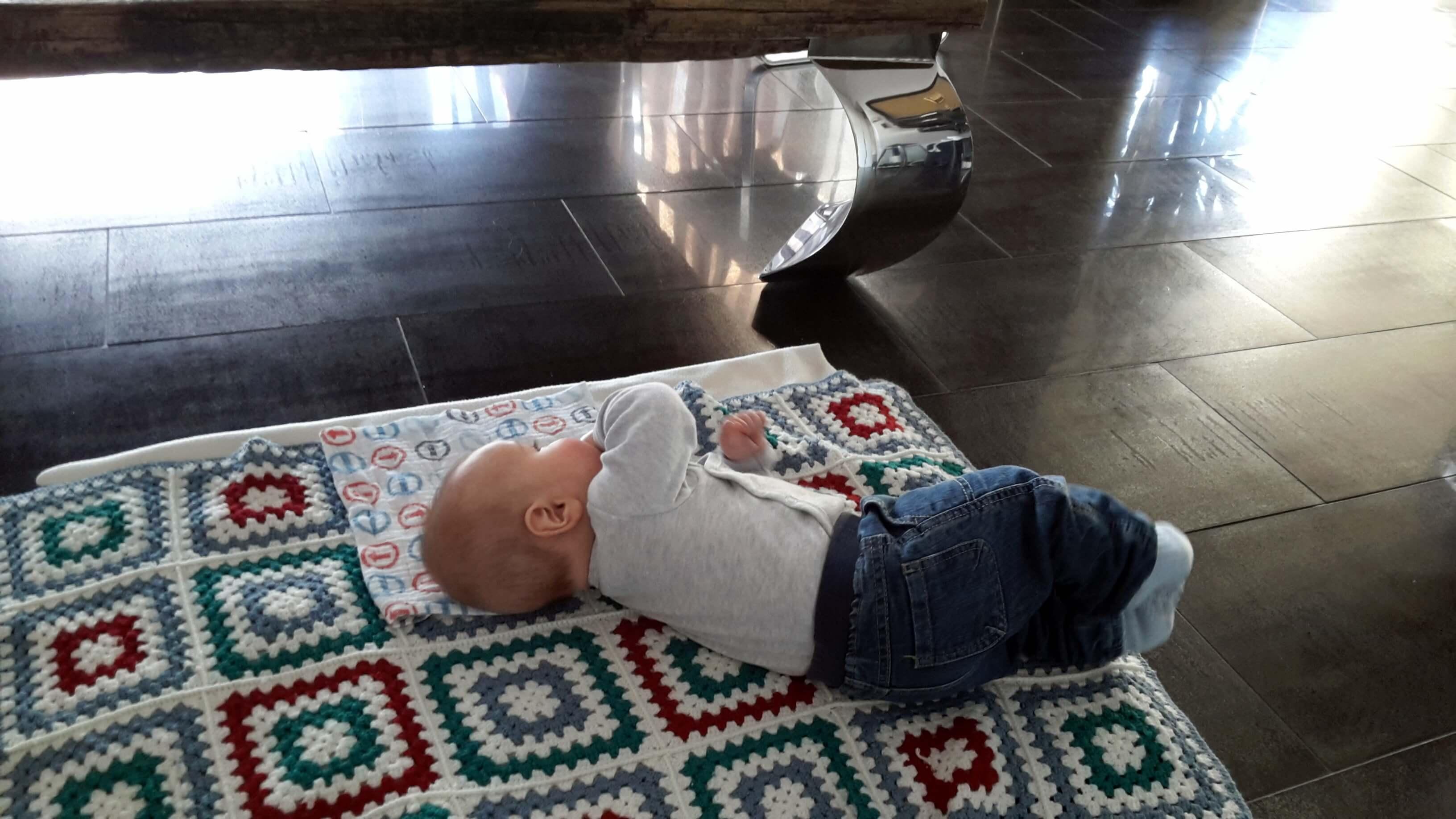 Krümel auf Decke