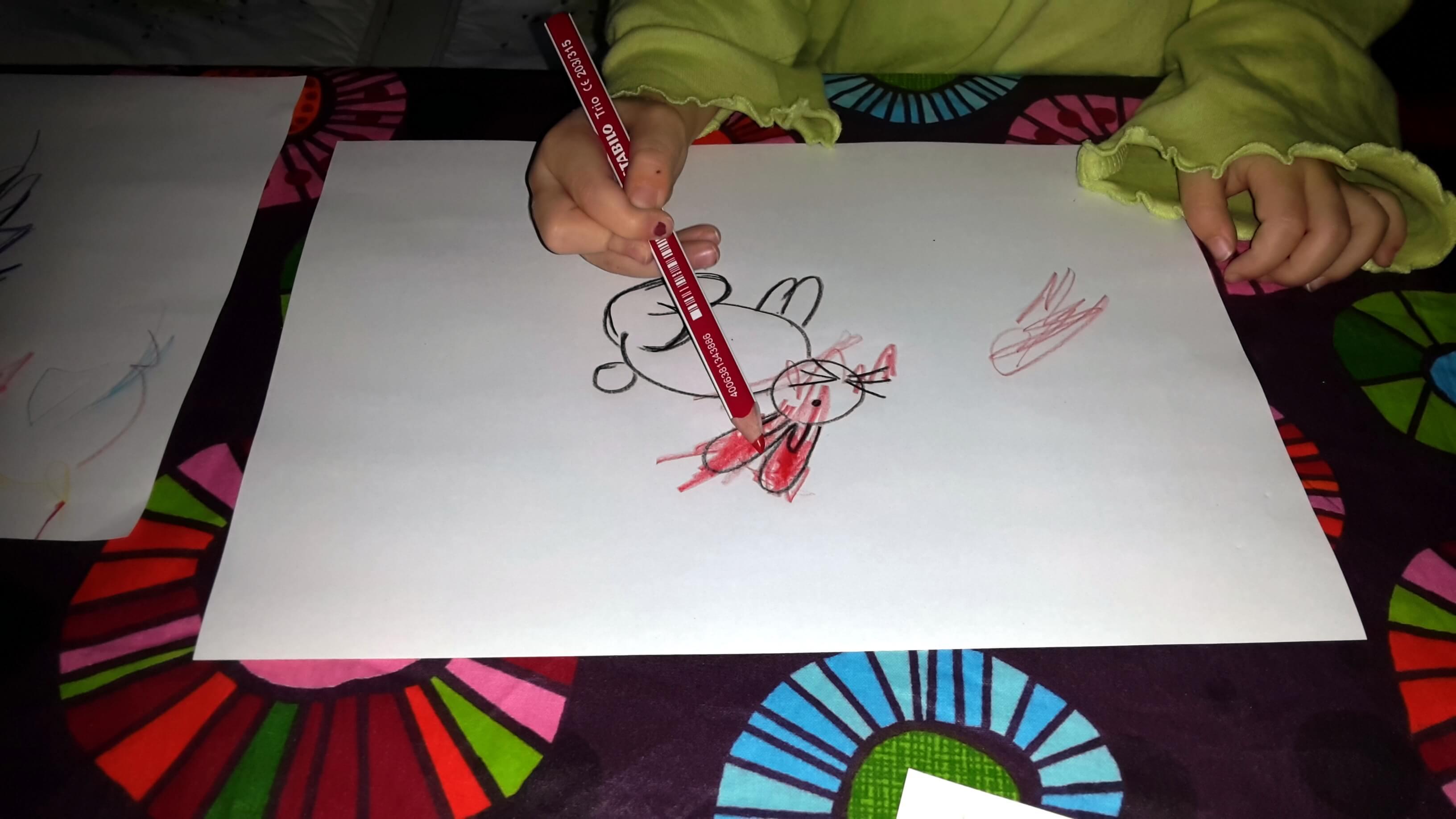 Kleinkind malt aus