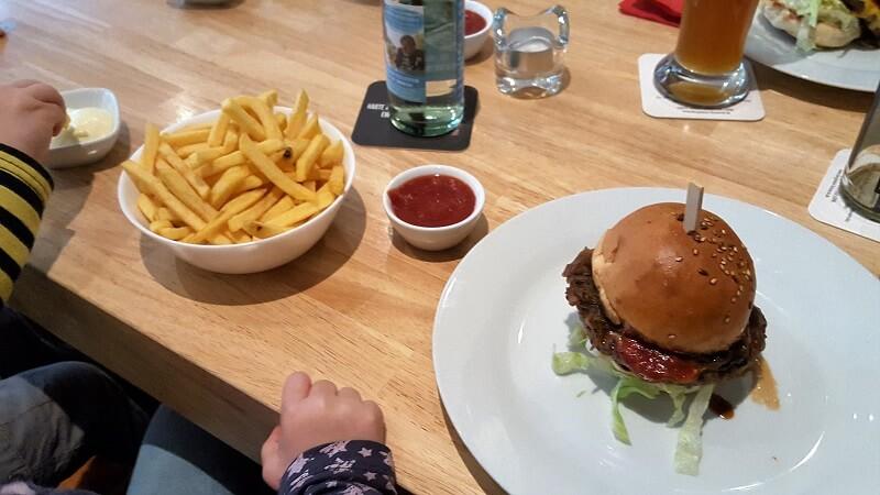 Burger essen im Hexenkessel