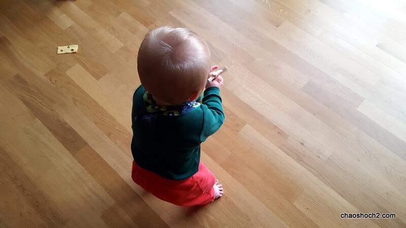 ein Baby lernt laufen