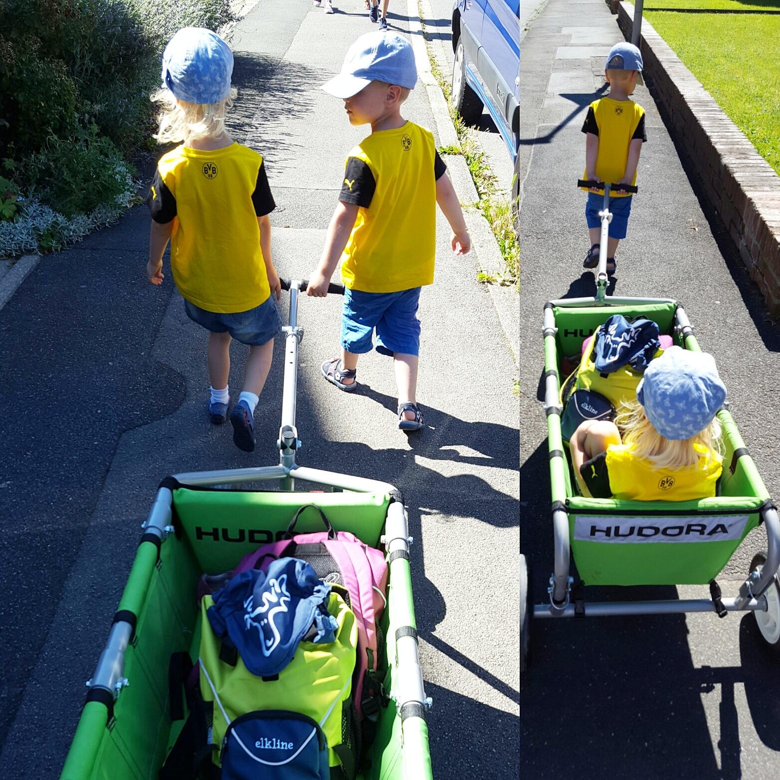 Zwllinge mit Bollerwagen -Zwei kleine BVB-Fans.jpg