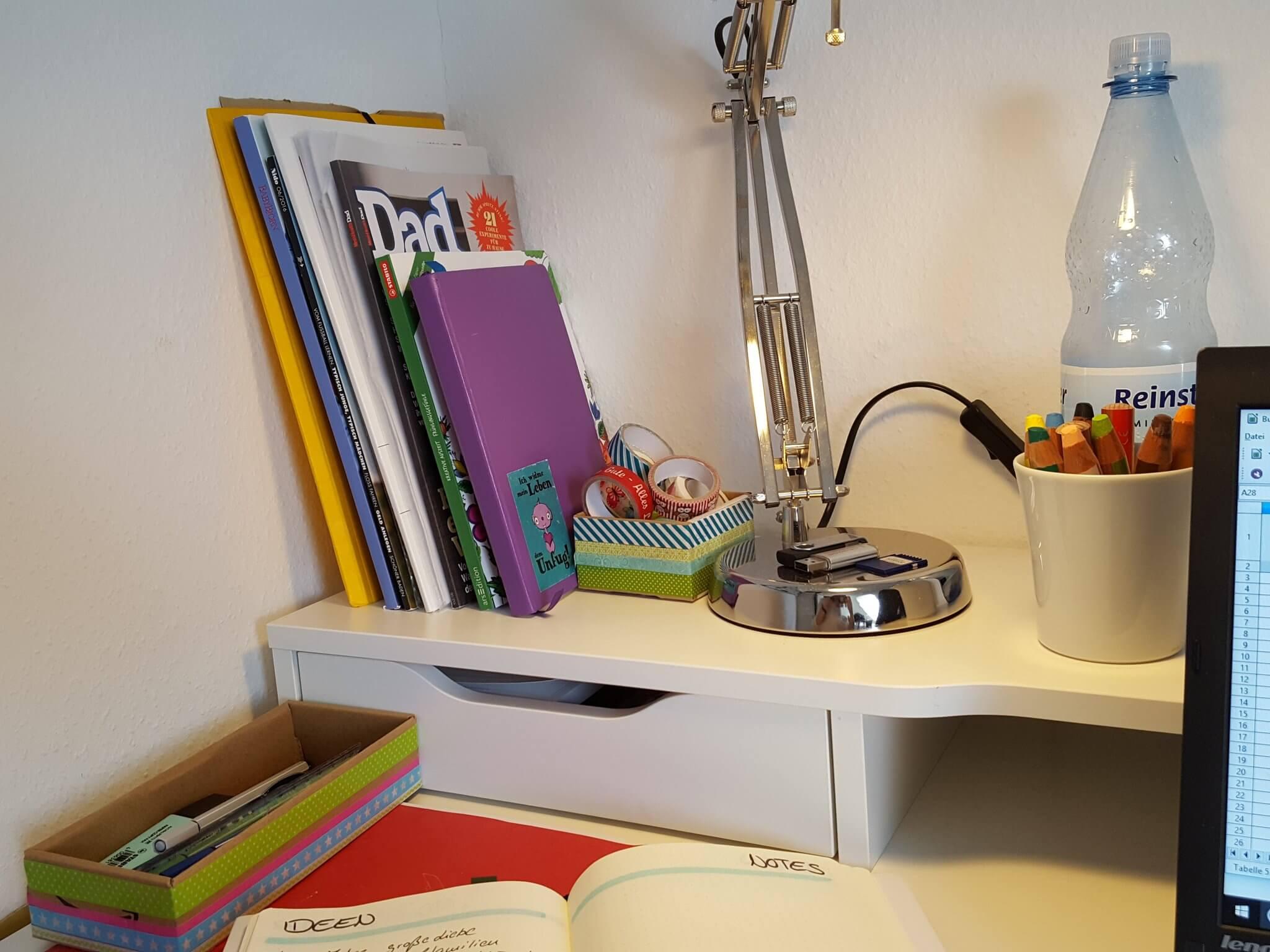 Schreibtisch im fr hling schreibblockade chaoshoch2 for Schreibtisch chaos