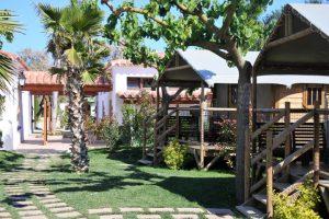 Cabanas auf einem Campingplatz an der Costa Brava