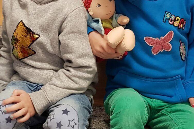 Die Zwillinge mit Wendepailletten-Pullis