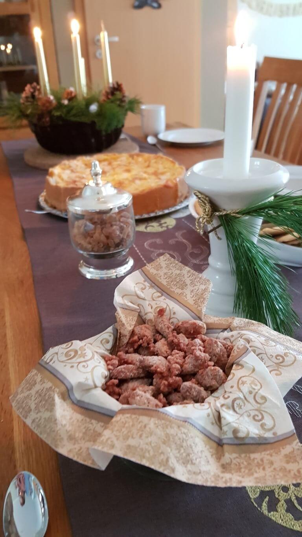 Kaffeetisch im Advent mit gebrannten Mandeln und Bratapfelkuchen