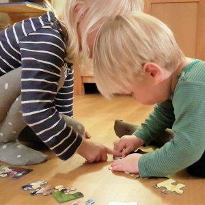 Geschwister und ein Puzzle