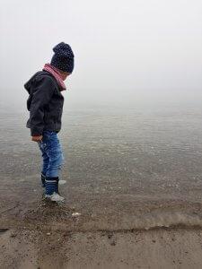 Sonnenschein bei Nebel am Meer