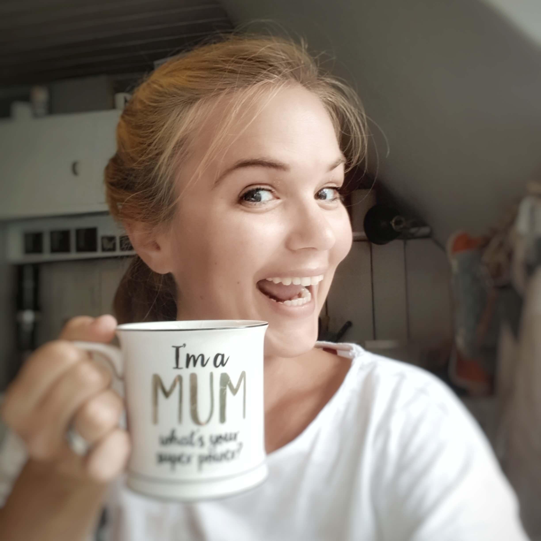 Kerstin mit Kaffeetasse im Fokus