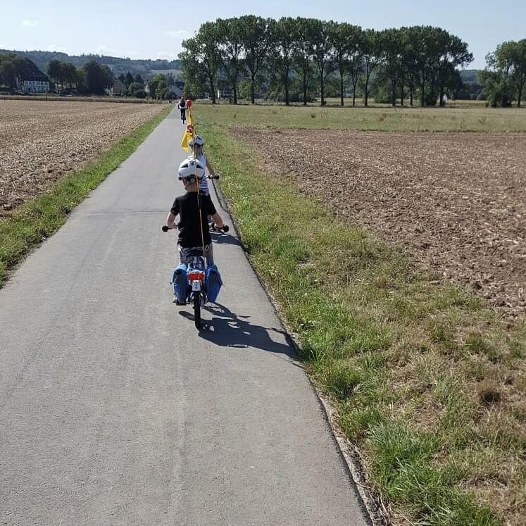 sicher mit den kleinen Kinderfahrrädern unterwegs zum Kindergarten