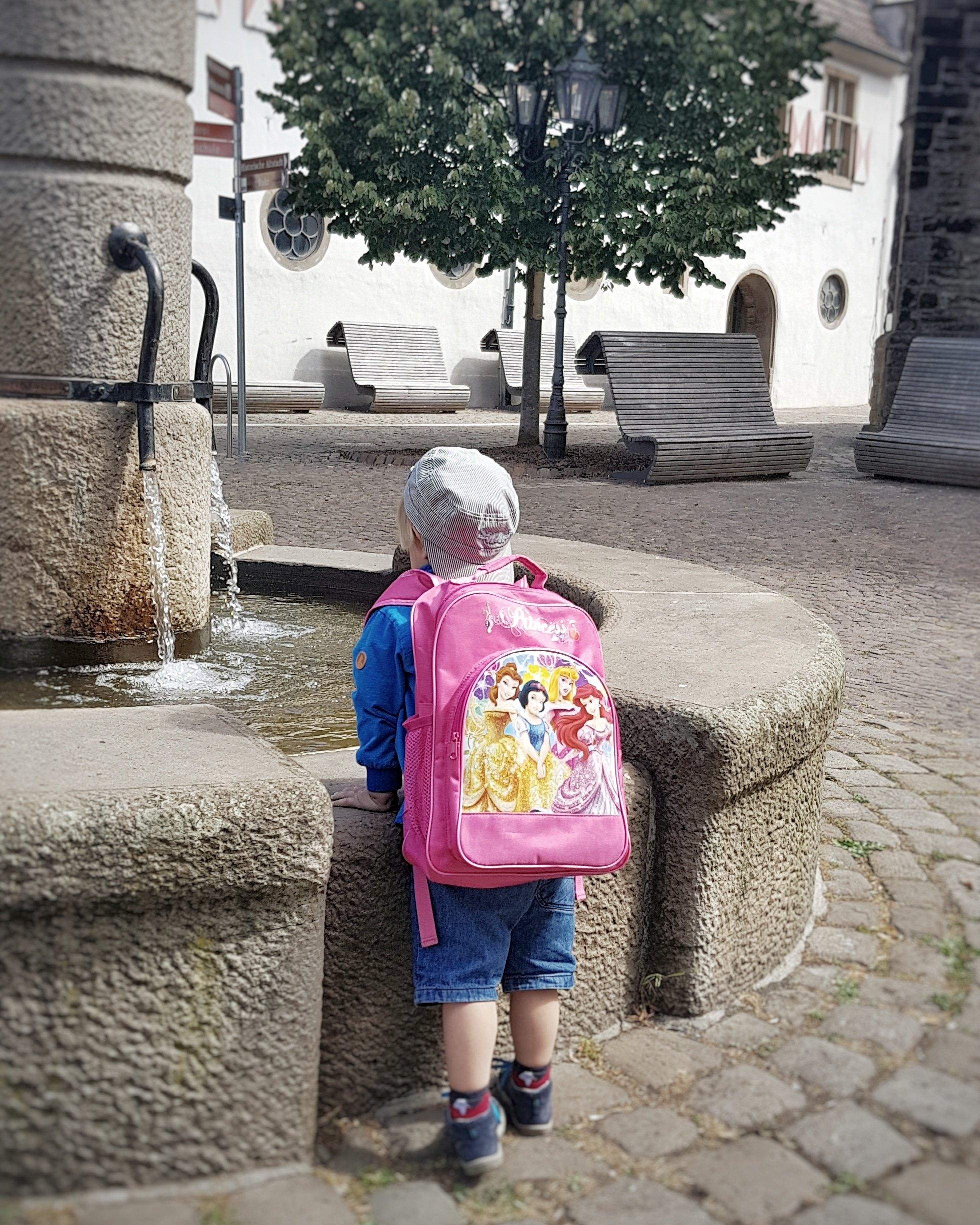 Ein typischer kleiner Junge, der einen Prinzessinnen-Rucksack trägt. Warum sollte er auch nicht, wenn er ihm gefällt?