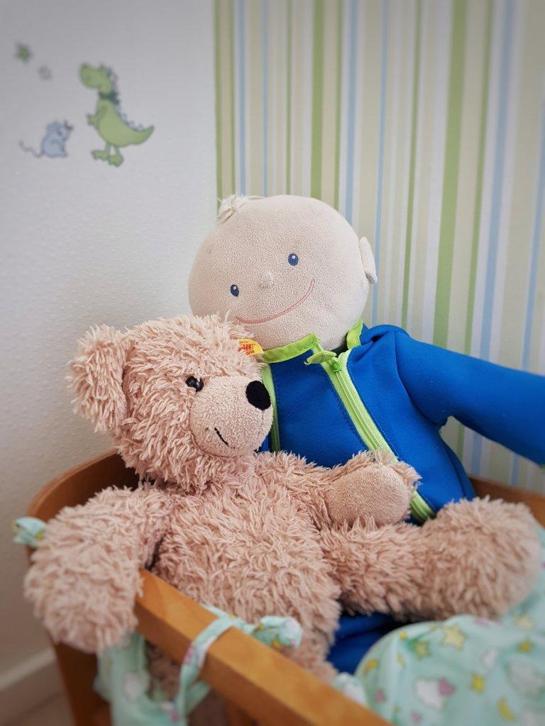 Krümel und Teddy im Puppenbett
