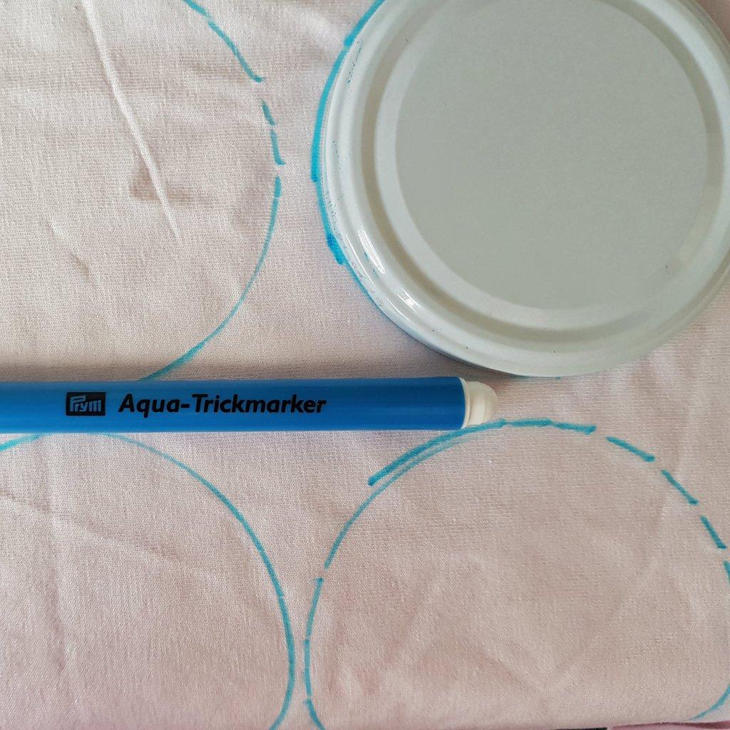 aufgezeichnete Kreis um Kosmetikpads selber zu nähen aus Stoffresten